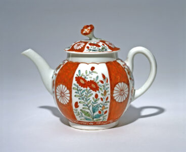 Worcester (English, 18th century). Teapot, c. 1765–1770. soft-paste porcelain, 14.1 x 11.5 x 19.1 cm. Collection of the Winnipeg Art Gallery; Gift of Miss Frances Mills and on behalf of her sisters the late Miss Evelyn and Miss Mildred Mills, G-90-42 ab. Photo: Ernest Mayer