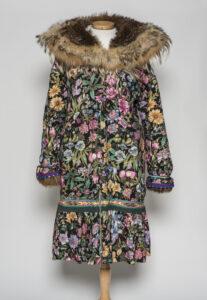 Unidentified artist (Canadian (Western Arctic)). Mother Hubbard parka (kaliku), 2001, cotton, wolf fur, Delta braid, 137.2 cm. Collection of the Winnipeg Art Gallery. Gift of Carol Heppenstall, 2015-86. Photograph: Ernest Mayer, courtesy of the Winnipeg Art Gallery.
